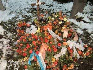 Nach seinem Tod, auf Bädas Grab liegen viele Blumen in Organe.