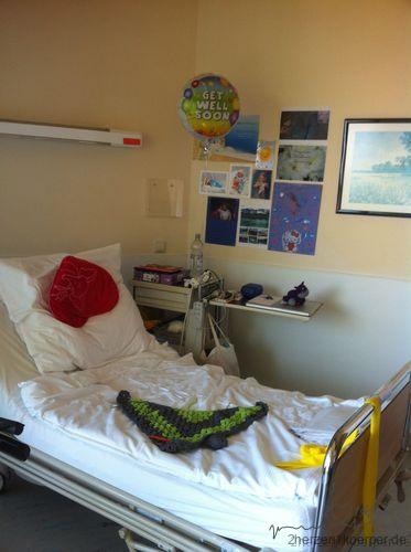 Auf dem langen Weg zurück nach Hause, habe ich mir mein Krankenhausbett mit Bildern und Luftballons verschönert