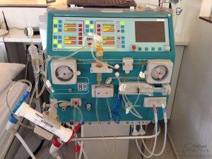 Die ferig aufgebaute und gefüllte Dialysemaschine
